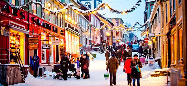 Christmas-shopping-at-Roros-Norway_740